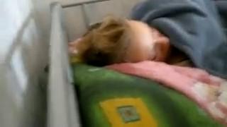 уснула на вписке водит членом бухой телке по губам пока она спит частное.mp4 (Домашнее/Любительское) - скачать на мобильный телефон